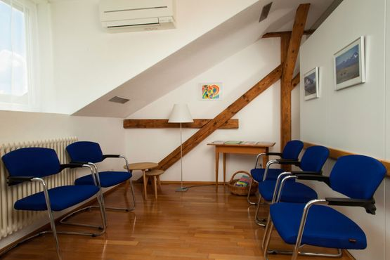 Wartezimmer der Praxis Dr. med. Junga mit fünf Sitzplätzen