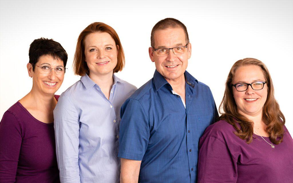 Gruppenfoto der Praxis Dr. med. Junga mit Frau Scheidegger, Dr. med. Junga und Frau Junga